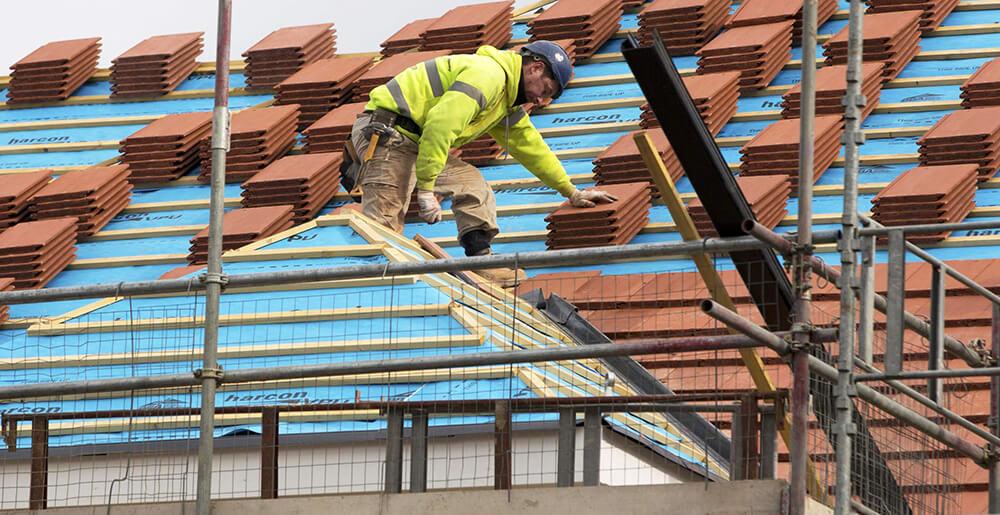 En takläggare i Västerås som tränar för att inte skada ryggen.